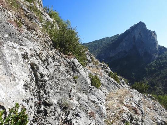 En montant au-dessus d'Orpierre face au Rocher du Quiquillon