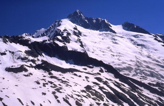 Depuis la Grande Ecaille, vue sur le glacier des Glaciers dominé par l'Aiguille des Glaciers