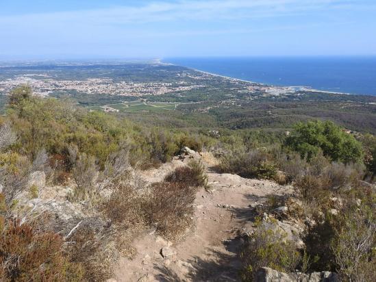 La côte catalane vue depuis la montée vers la Plaça d'Armes