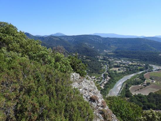 Sur la crête de la montagne d'Essaillon, vue sur la vallée de l'Eygues et les montagnes de Miélandre et d'Angèle