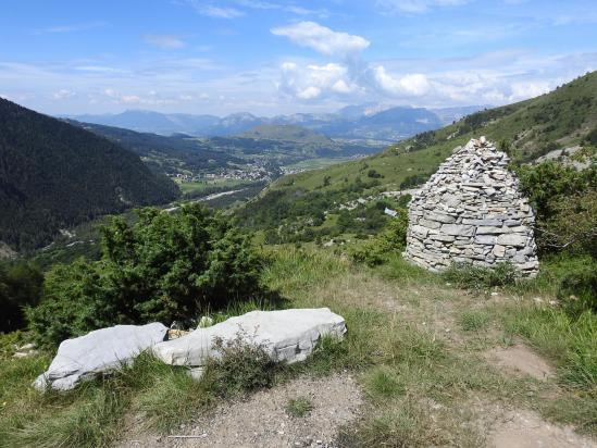 Dans la montée vers le Cuchon, vue en enfilade de la basse vallée de la Rouanne