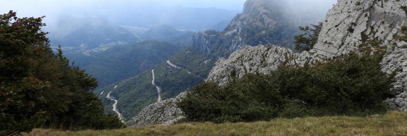 Descente de l'arête SE du But de Nève (en contrebas les lacets de la route d'accès au col de Rousset)