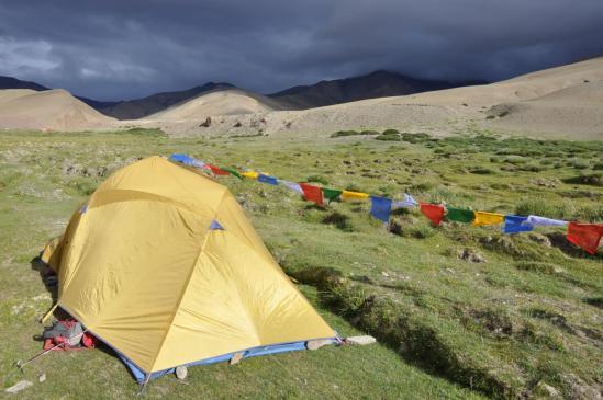 Premier camp à Chorten Sumdo sous un ciel d'orage