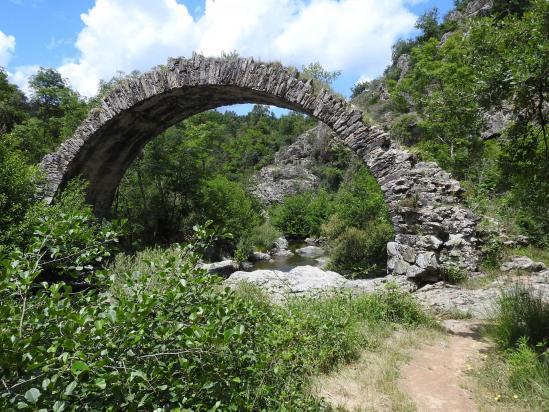 Le pont romain sur le Duzon au pied du village de Saint-Sylvestre