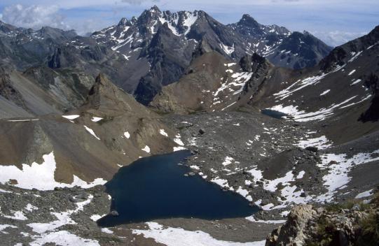 Les lacs Vert et Bleu du vallon des Houerts vus depuis le couloir de descente de la Mortice (à l'arrière l'Aiguille de Chambeyron)