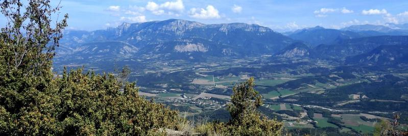 Au Pas de la Pousterle la vue sur le Diois et la montagne du Glandasse est superbe...