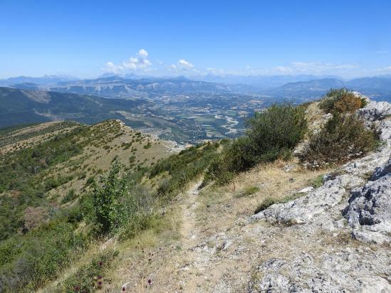 Au sommet du Pic de Saint-Cyr avec une vue sur la vallée du Buëch et dans le lointain les montagnes du Dévoluy