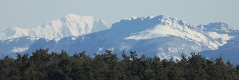 Le Mont-Blanc apparaît depuis la crête entre la ferme de Rosières et Ponsoye