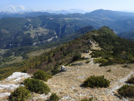 Vue arrière depuis le sommet n°1 de Tarsimoure vers le Ranc de l'Aigle (au fond, le Dévoluy)