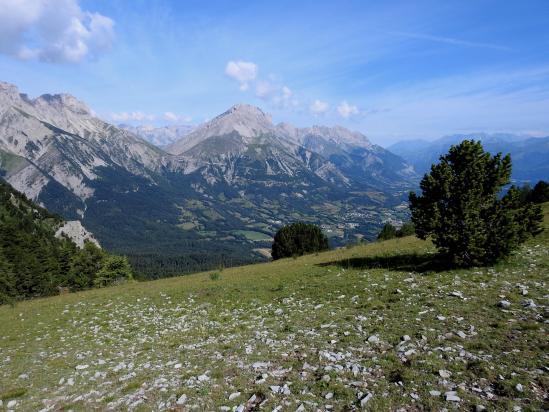 A Moutet, on dispose d'une belle vue sur la partie E du Dévoluy (montagne de Faraut)