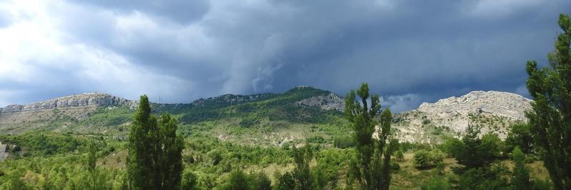L'orage menace alors que l'on approche de Séderon sous les remparts S de la montagne de Bergiès