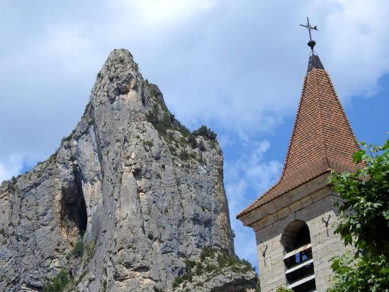 Retour à Orpierre (clocher de l'église et Rocher du Quiquillon)
