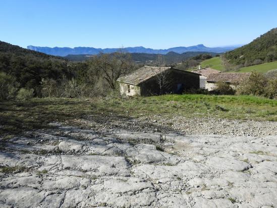 La ferme de la Petite Morouse et à l'horizon le synclinal de Saoû