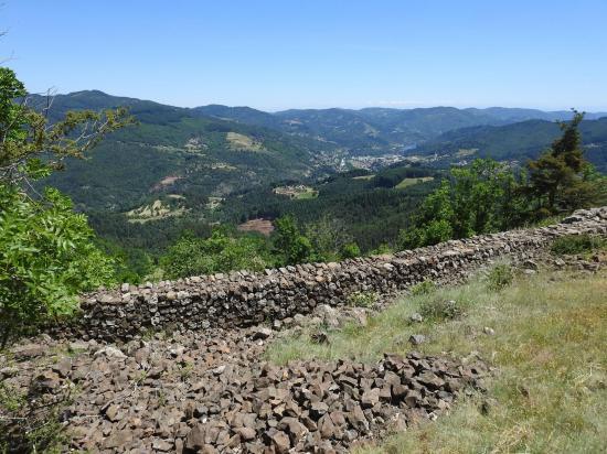 Le mur d'enceinte du château ruiné de Brion