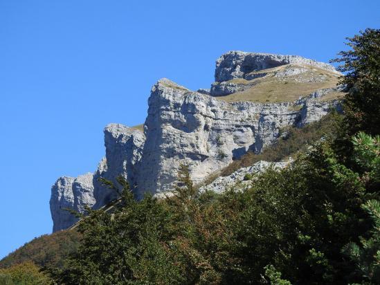 Le Roc de Toulau vu depuis la piste d'Ambel