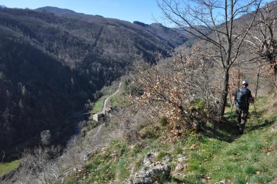 Descente dans le fond de la vallée de l'Auzène entre Les terrasses et Jean-de-Fau