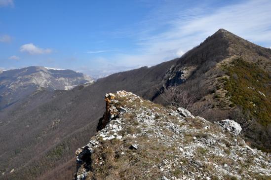 Le Bec Pointu et le plateau d'Ambel vus depuis le béquet rocheux qui surplombe le col Bernard