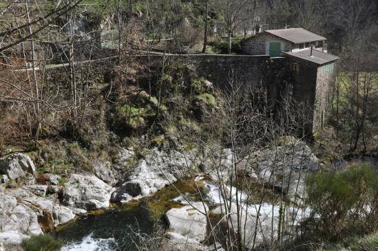 Sur la RD261 le long de la vallée de l'Auzène (Les Farges)