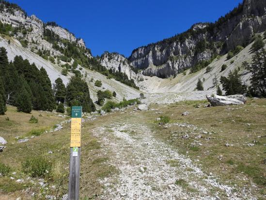 Sur la voie de descente au pied du Pas de Chabrinel