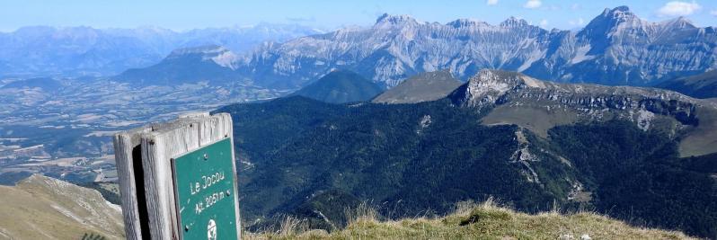 Panorama sur le Dévoluy depuis le sommet du Jocou
