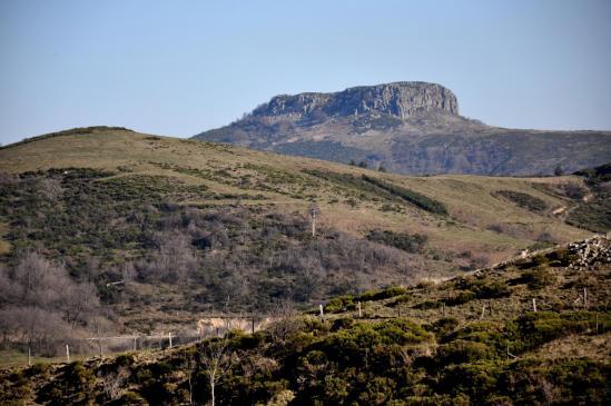 Retour sur le col de la Fayolle avec à l'horizon la Roche de Gourdon