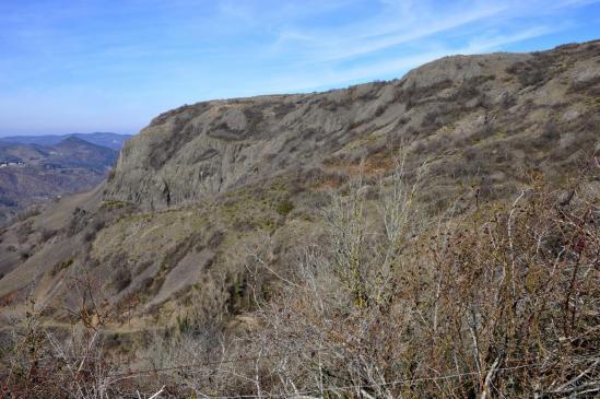 Vue de la coulée inférieure du volcan depuis le chemin entre le col de Peyraillas et Eyrebonne