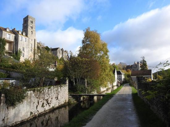 Le long du Fusain au pied de la ville haute de Château-Landon
