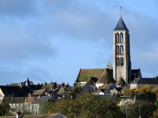 L'église de Château-Landon vue depuis la route de Mocpois