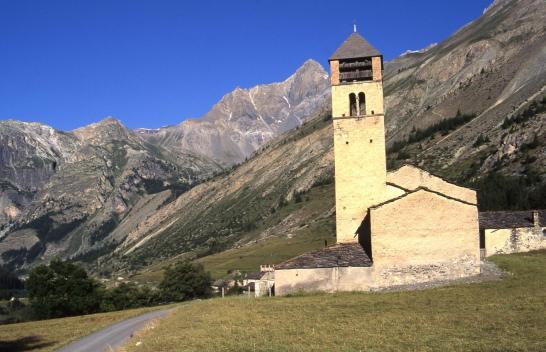L'église de Maurin (à l'arrière le Brec de Rubren)