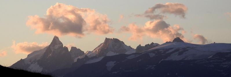 Le massif de la Meije au petit matin (refuge du Taillefer)