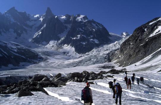 Sur le glacier du Tacul entre les refuges de l'Envers des Aiguilles et le Requin