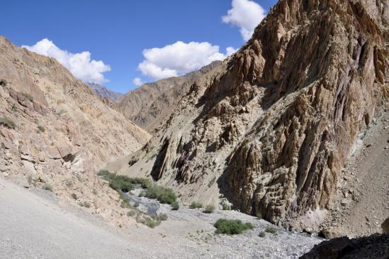 Dans les gorges de la Zumlung Chu (en bas, le point 4055m où il faut bifurquer)
