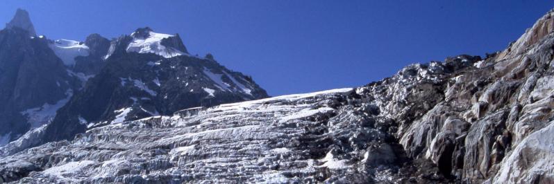 La cascade de séracs du glacier du Tacul au pied du refuge du Requin