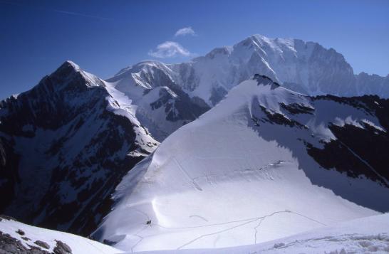 Au-dessus du col des Dômes avec en arrière-plan Bionnassay et le Mont-Blanc