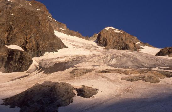 Au petit matin, progression sur le glacier de la Selle