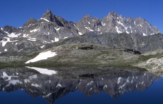 Dans le vallon de Mary, passage sur le plateau des lacs de Rouge avec l'Aiguille de Chambeyron à l'arrière