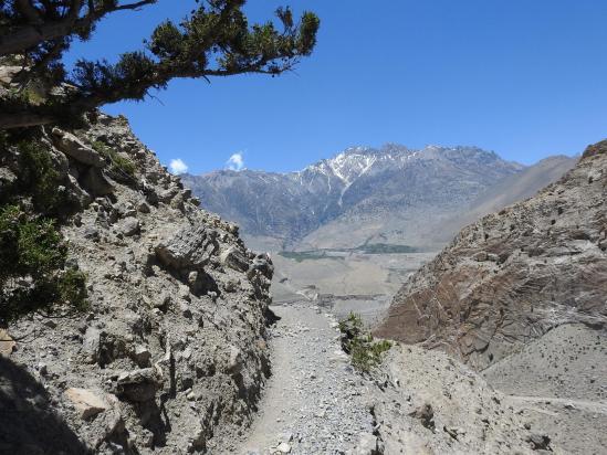 Sur le sentier-balcon entre Panga et Lupra