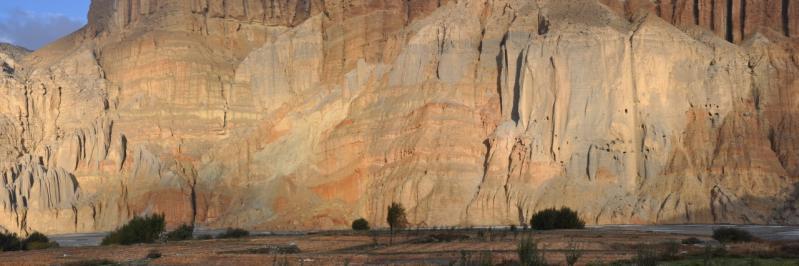 Premiers rayons de soleil sur les falaises de Chhusang