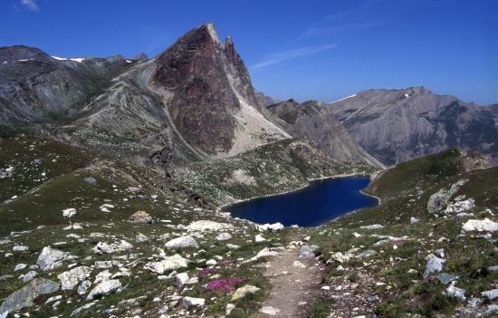 Le vallon des lacs de Marinet et l'Aiguille Large vus depuis le col de Marinet