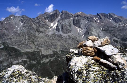 Au sommet de l'Aiguille Large (à l'arrière, les pointes de Mary et du Fond de Roure)