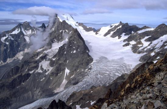 De retour au col du Monetier, vue en enfilade du Glacier Blanc avec le Pic Coolidge, le Fifre, la Barre des Ecrins et la Roche Faurio