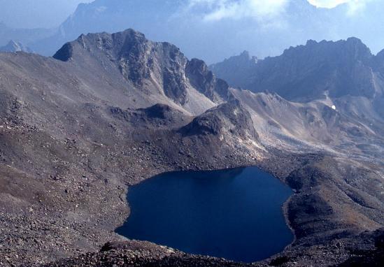 Du sommet du pic Blanc, descente sur la cuvette du lac éponyme