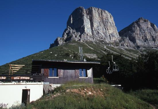 Le refuge du col de l'Arzelier au pied des Deux-Soeurs