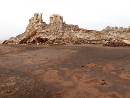 Sur le site des cheminées de fées en sel connexe du volcan Dallol