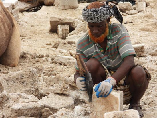 Un homme de l'ethnie afar au travail sur le site d'extraction du sel