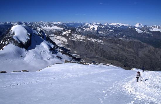 Montée au sommet du Grand Paradis sur le glacier de Lavacciau  (à l'arrière, Ciarforon, Ecrins et Vanoise)