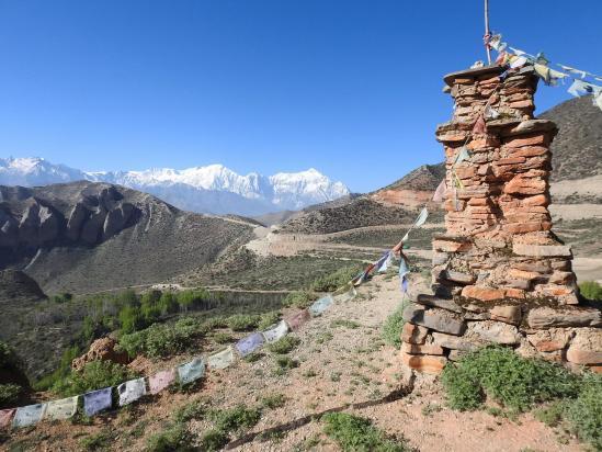 Sur le belvédère à l'E de Samar avec à l'horizon la chaîne de l'Annapurna I