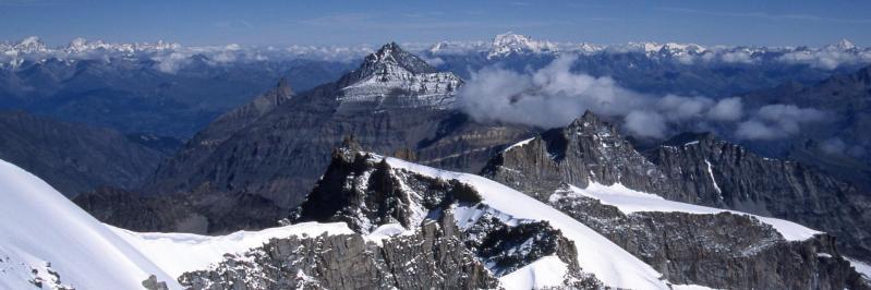 Au sommet du Grand Paradis à 4061m (à l'horizon, des Grandes Jorasses à la Dent Blanche)