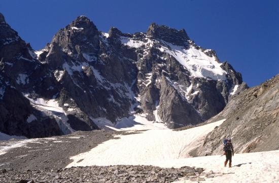 Dans la descente du Glacier Noir (au fond, l'Ailefroide)