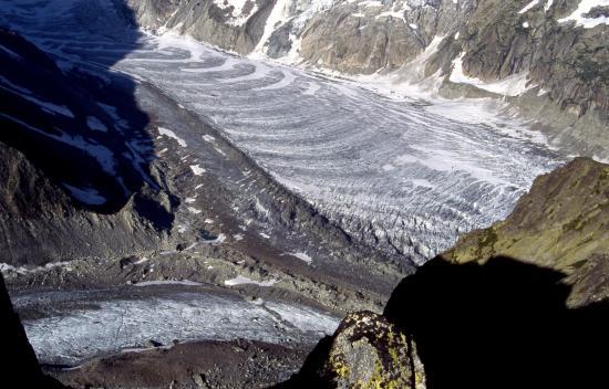 On surplombe la Mer de Glace depuis le sentier qui relie les refuges du Couvercle et de la Charpoua